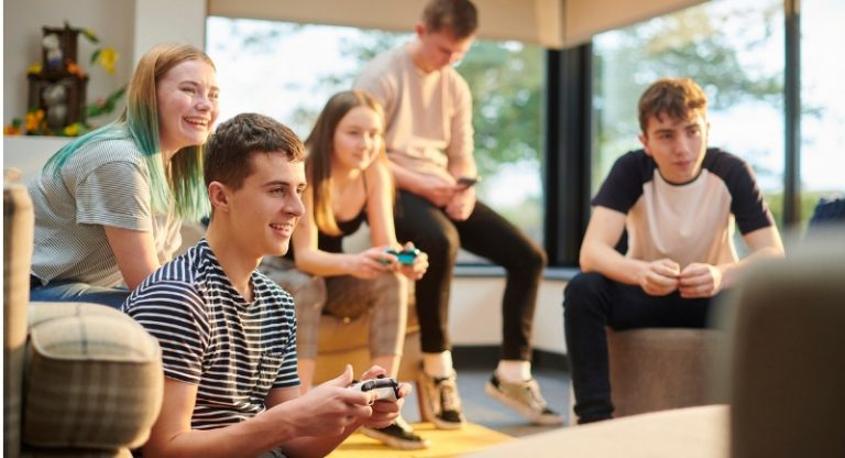 teenagers-gaming